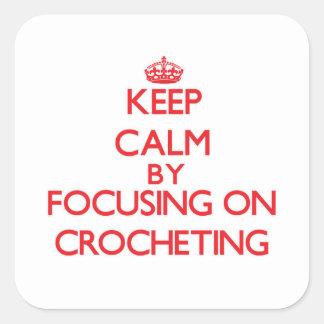 Guarde la calma centrándose en Crocheting Pegatina Cuadrada