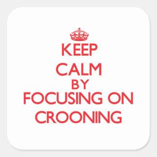 Guarde la calma centrándose en Crooning Pegatina Cuadrada