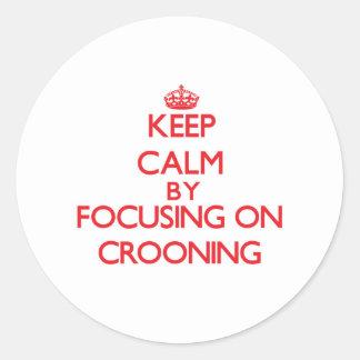 Guarde la calma centrándose en Crooning Pegatina Redonda