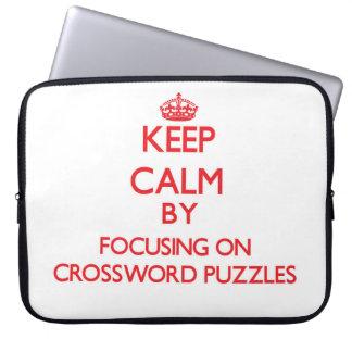 Guarde la calma centrándose en crucigramas fundas computadoras