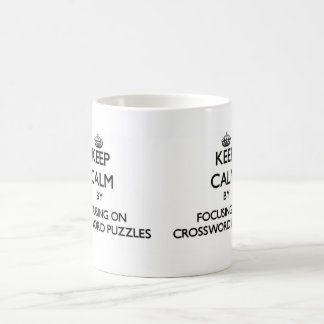 Guarde la calma centrándose en crucigramas taza básica blanca