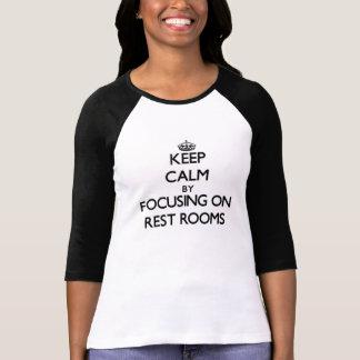 Guarde la calma centrándose en cuartos de resto camiseta