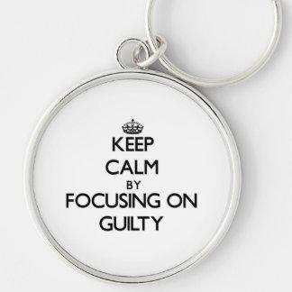 Guarde la calma centrándose en culpable llaveros personalizados