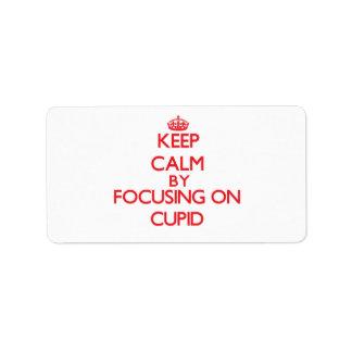 Guarde la calma centrándose en Cupid Etiqueta De Dirección