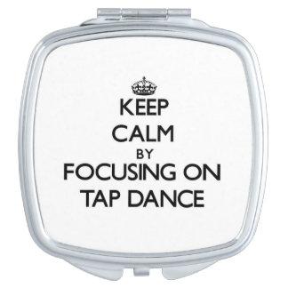 Guarde la calma centrándose en danza de golpecito espejo de maquillaje
