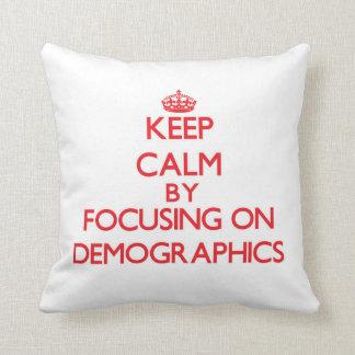 Guarde la calma centrándose en datos demográficos cojin