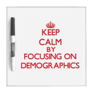 Guarde la calma centrándose en datos demográficos tablero blanco