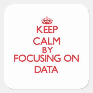 Guarde la calma centrándose en datos calcomania cuadrada personalizada