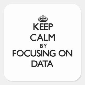 Guarde la calma centrándose en datos calcomania cuadradas personalizadas