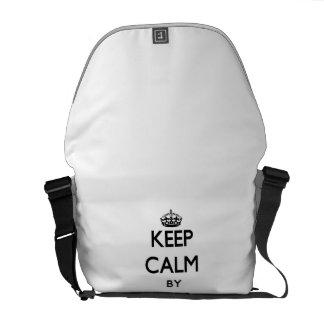 Guarde la calma centrándose en de informática y bolsa de mensajería