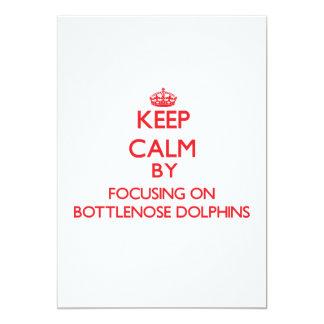 """Guarde la calma centrándose en delfínes de invitación 5"""" x 7"""""""