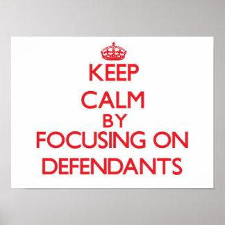 Guarde la calma centrándose en demandados poster