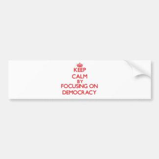 Guarde la calma centrándose en democracia pegatina para auto