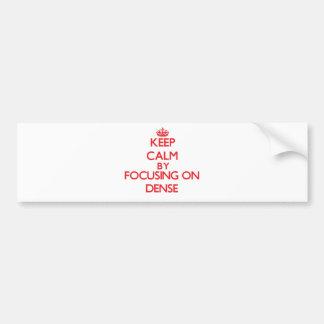 Guarde la calma centrándose en denso etiqueta de parachoque