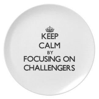 Guarde la calma centrándose en desafiadores plato para fiesta