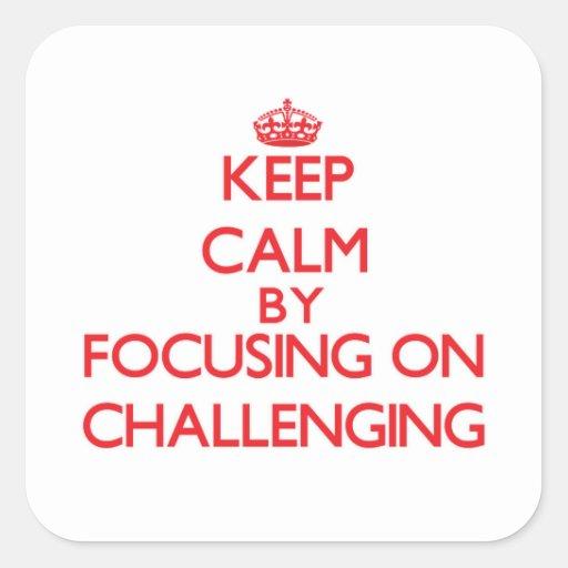Guarde la calma centrándose en desafiar calcomanía cuadradase