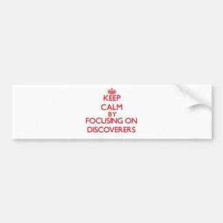 Guarde la calma centrándose en descubridores etiqueta de parachoque