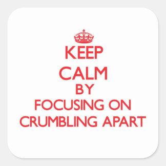 Guarde la calma centrándose en desmenuzar aparte colcomanias cuadradass