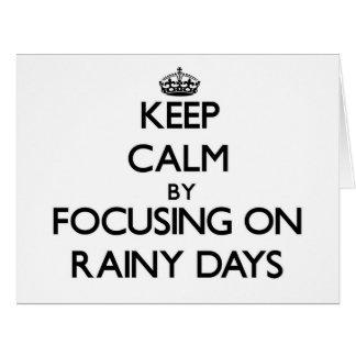Guarde la calma centrándose en días lluviosos tarjeta de felicitación grande