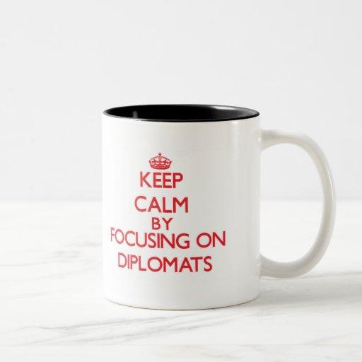 Guarde la calma centrándose en diplomáticos taza