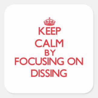 Guarde la calma centrándose en Dissing Pegatina Cuadrada