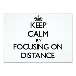Guarde la calma centrándose en distancia invitacion personalizada