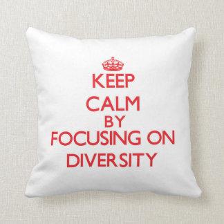 Guarde la calma centrándose en diversidad almohada