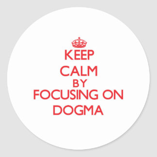 Guarde la calma centrándose en dogma etiqueta redonda