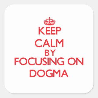 Guarde la calma centrándose en dogma calcomanías cuadradass