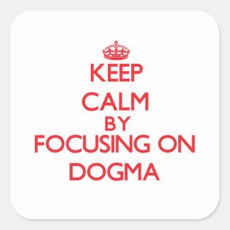 Guarde la calma centrándose en dogma calcomania cuadradas personalizadas