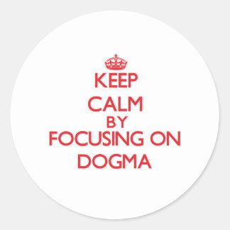 Guarde la calma centrándose en dogma pegatina redonda