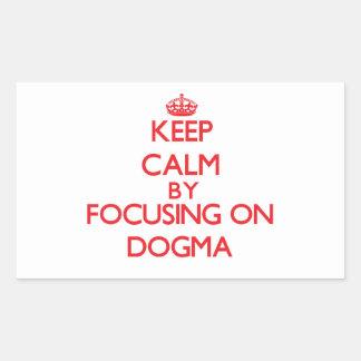 Guarde la calma centrándose en dogma rectangular pegatina