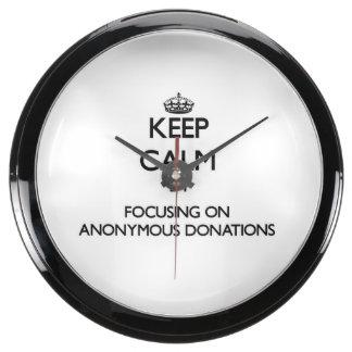 Guarde la calma centrándose en donaciones anónimas reloj pecera