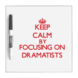 Guarde la calma centrándose en dramaturgos tableros blancos