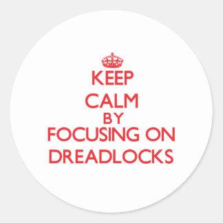 Guarde la calma centrándose en Dreadlocks Etiqueta Redonda