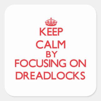Guarde la calma centrándose en Dreadlocks Pegatina Cuadradas