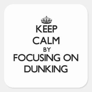 Guarde la calma centrándose en Dunking Pegatina Cuadrada