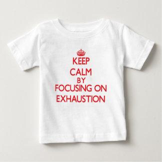 Guarde la calma centrándose en el AGOTAMIENTO Camisetas