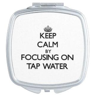 Guarde la calma centrándose en el agua del grifo espejo maquillaje
