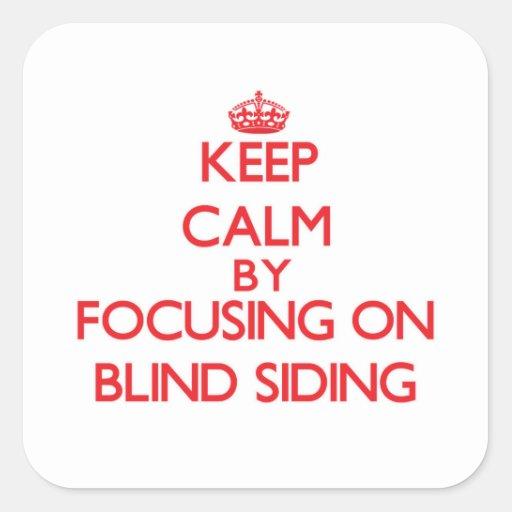 Guarde la calma centrándose en el apartadero ciego calcomanía cuadrada