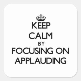 Guarde la calma centrándose en el aplauso colcomanias cuadradass