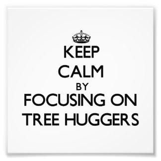Guarde la calma centrándose en el árbol Huggers Impresiones Fotográficas