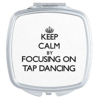 Guarde la calma centrándose en el baile de golpeci espejos de maquillaje