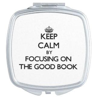 Guarde la calma centrándose en el buen libro espejo compacto