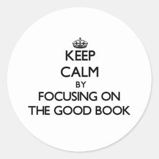 Guarde la calma centrándose en el buen libro pegatina redonda