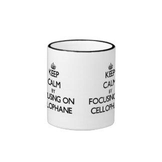 Guarde la calma centrándose en el celofán taza