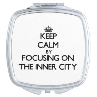Guarde la calma centrándose en el centro urbano espejo maquillaje
