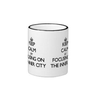 Guarde la calma centrándose en el centro urbano tazas de café