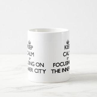 Guarde la calma centrándose en el centro urbano taza
