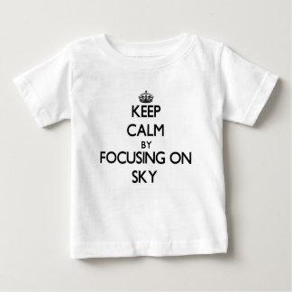 Guarde la calma centrándose en el cielo camisas